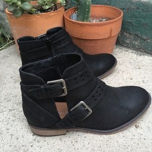 CUT-OUT BUCLE ANKLE BOOTIES